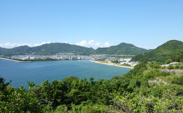 海と山に囲まれた仁尾町の風景